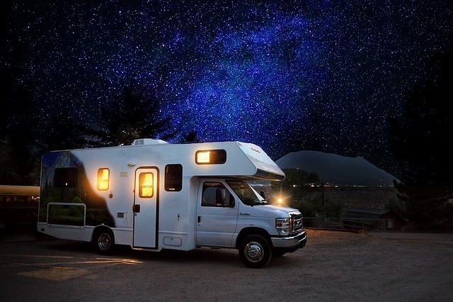 noc v karavanu