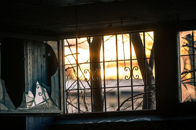 zamřížované okna