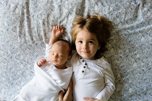 sourozenci v bílém