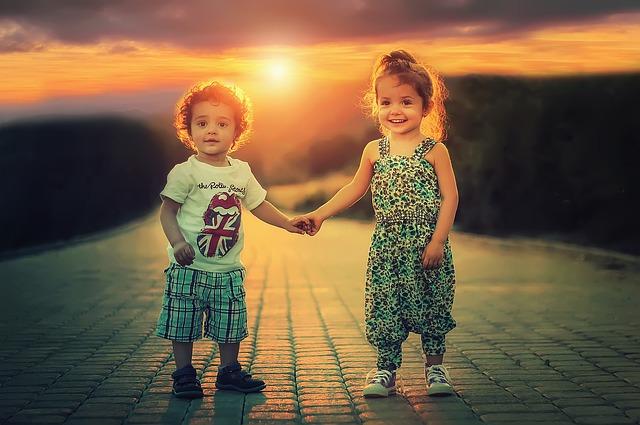sourozenci drží se za ruce